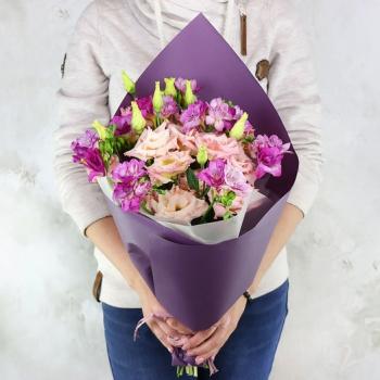 Букет из 7 веточек эустом в фиолетовом оформлении