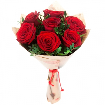Букет из 7 красных роз 70 см с зеленью