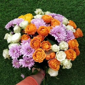 """Букет из кустовых роз и хризантем """"Красотка"""""""