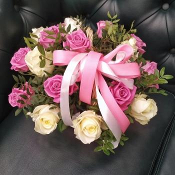 Корзинка из 17 белых и розовых роз