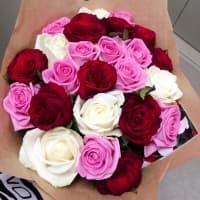 Акция! 25 разноцветных роз в крафте + подарок и доставка!