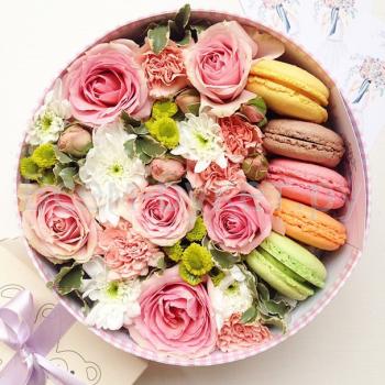 Цветы в шляпной коробке «Малиновый пломбир»