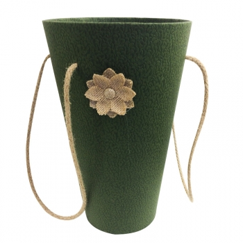 Розы в необычной вазе