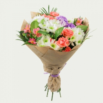 Букет из хризантем и роз в крафте