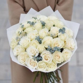 Букет из 31 белой розы и эвкалипта