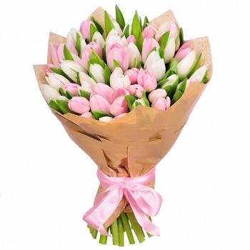 Букет из 51 бело-розовых тюльпанов в крафте