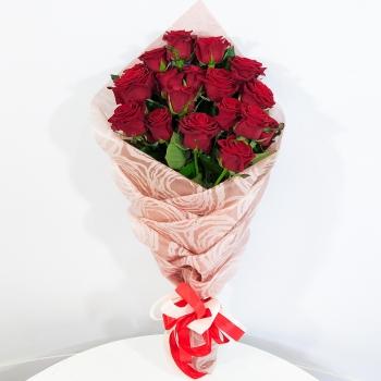 19 красных роз в оформлении косичкой