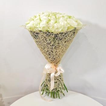 Букет Мелодия нежности из 51 белоснежной розы 70 см