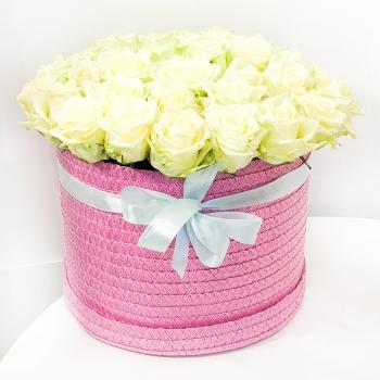 39 белоснежных роз в шляпной коробке