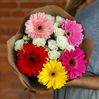Букет из кустовых роз и гербер