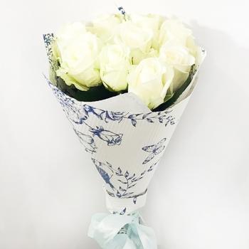 9 белых роз в крафте
