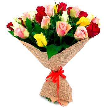 Букет из 21 разноцветных Кенийских роз в крафте