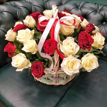 Корзина из 35 красных и белых роз