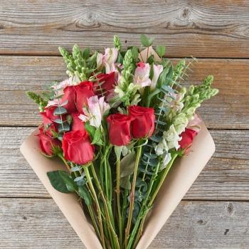 Букет из красных роз и альстромерий