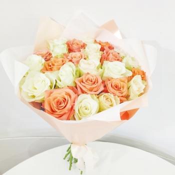 Букет из 23 белых и рыжих Кенийских роз