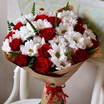 Крафт-букет из 15 красных роз и ромашковых хризантем