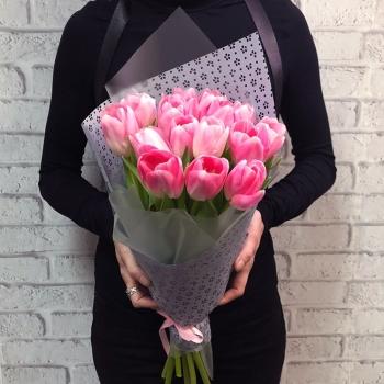 Букет из 15 розовых тюльпанов в красивом оформлении