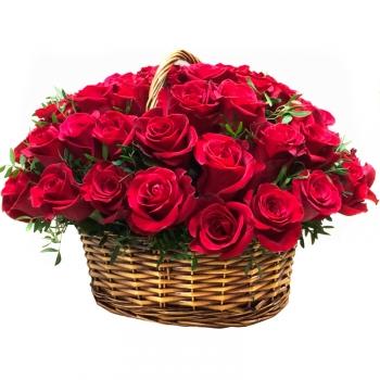 35 красных роз с зеленью в корзине