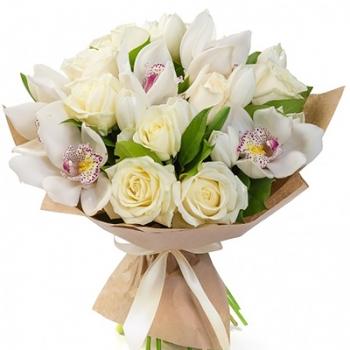 Букет из белых роз и орхидей