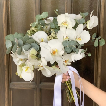 Букет из белой орхидеи