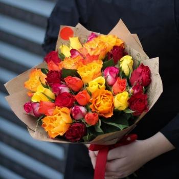 Букет из 31 Кенийской розы в крафте