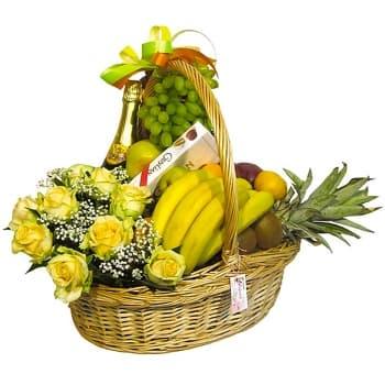 Корзина с белыми розами и фруктами