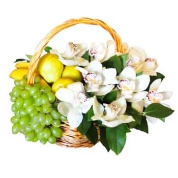 Корзина с фруктами и орхидеями