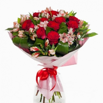 Букет из красных роз и альстромерий с зеленью