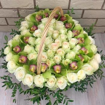 Композиция в корзине из роз и орхидей