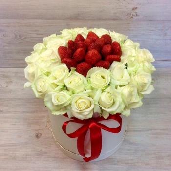 Композиция в шляпной коробке из роз и клубники (Предзаказ)