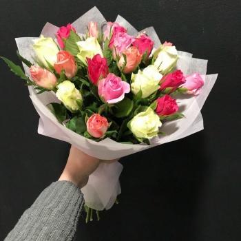 Букет из 21 разноцветных Кенийских роз с зеленью