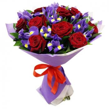 Букет из красных роз и ирисов