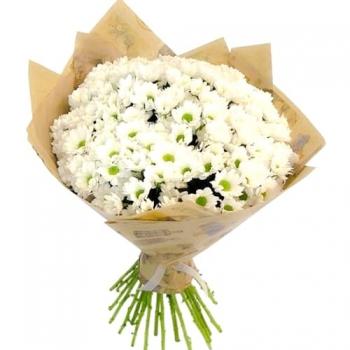 Крафт-букет из 25 белых хризантем