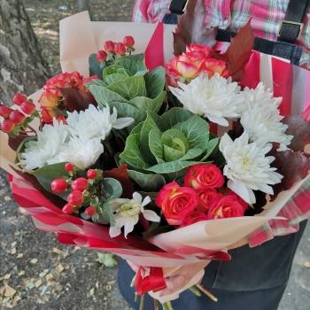 Букет из кустовых роз, хризантем, брассики