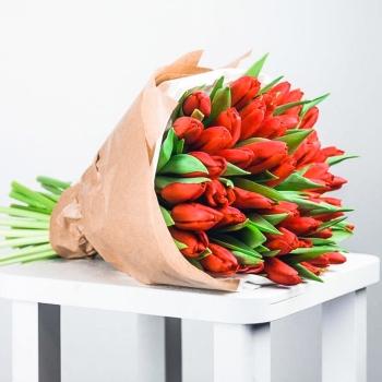 Букет из 35 рыжих тюльпанов в крафте