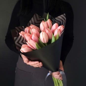 Букет из 15 розовых тюльпанов в черном крафте